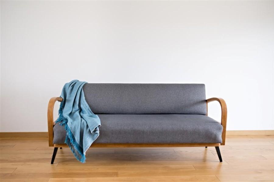 Sofa lenktais mediniais porankiais