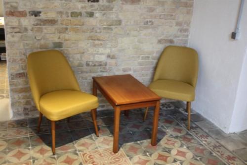 "Geltoni kokteiliniai foteliukai ir ""Bruksbo"" staliukai"