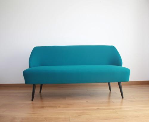 B.Adomonienės projektuotas sofa. Elektrinė spalva.